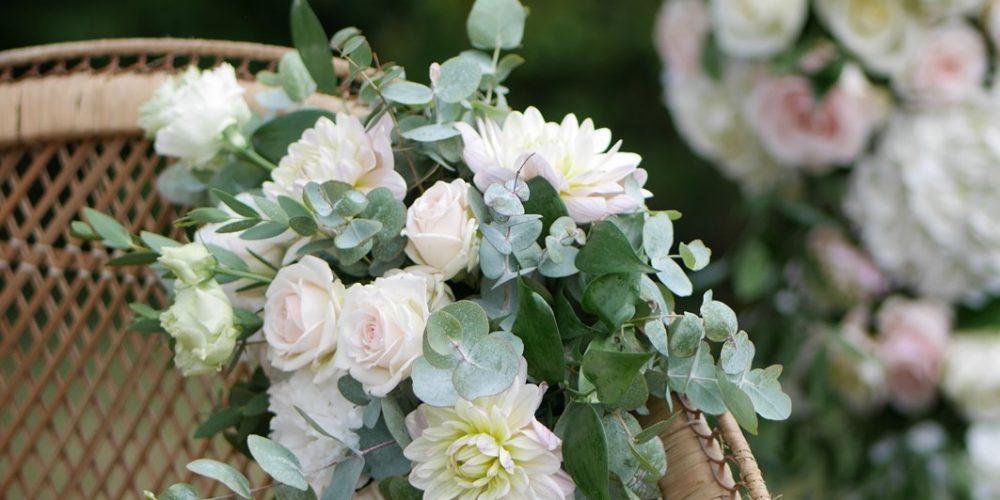 1.fauteuil-Emmanuelle-fleuri-mariage-yonne-pleione-design-floral
